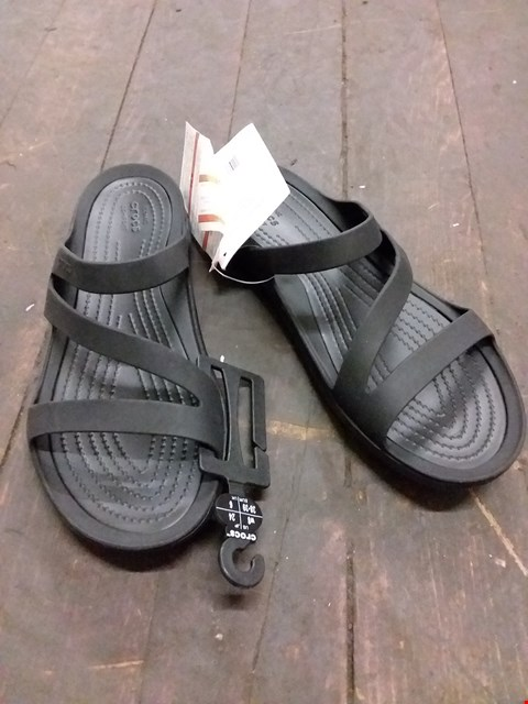 Lot 9068 BAGGED CROCS SWIFTWATER SANDALS - BLACK SIZE 6