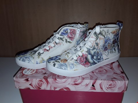 Lot 12756 BOXED LELLI KELLY ROXY MULTICOLOURED FLORAL JEWLED LACE/ZIP UP TRAINERS UK SIZE 2
