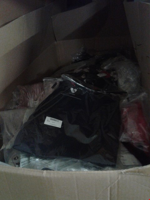 Lot 858 A BOX OF APPROXIMATELY 21 ASSORTED CLOTHING ITEMS TO INCLUDE A NAVY BLUE CASUAL TOP AND A FLORAL PRINT DRESS