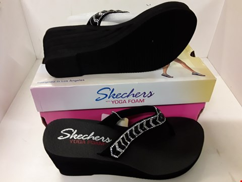 Lot 4072 PAIR OF DESIGNER WEDGE SANDALS IN THE STYLE OF SKECHERS SIZE UK 7