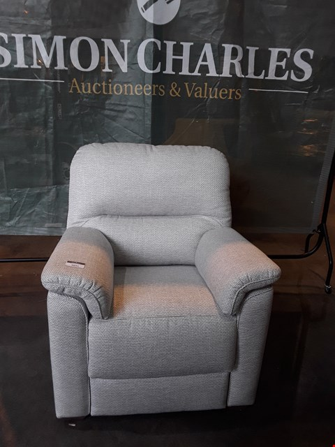 Lot 9031 QUALITY BRITISH MADE HARDWOOD FRAMED OFF-WHITE FABRIC FIXED FRAME ARMCHAIR