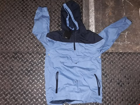 Lot 840 A BOX OF APPROXIMATELY 20 ASSORTED CLOTHING ITEMS TO INCLUDE,  BLUE HOODED COAT 13 / 14 YEARS , CAMOUFLAGE CAP AND RED POLO T SHIRT ETC