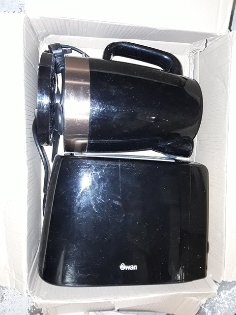 Lot 746 SWAN 1.7L KETTLE AND 2 SLICE TOASTER SET IN BLACK/COPPER RRP £52.99