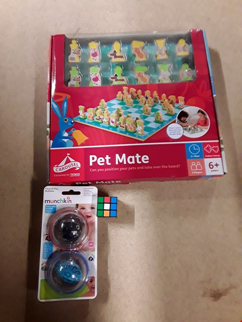 Lot 6135 BOX OF ASSORTED TOY ITEMS TO INCLUDE A MINI RUBIX CUBE, MUNCHKIN FLOATING RATTLE, PET MATE BOARD GAME ETC