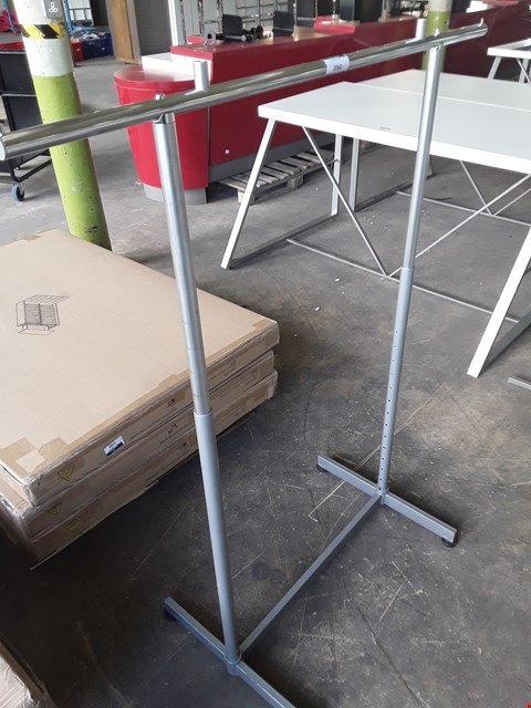 Lot 2060 METAL HEIGHT ADJUSTABLE GARMENT RAIL
