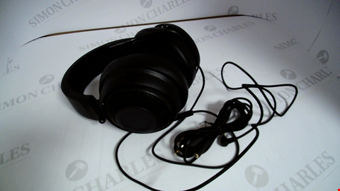 Lot 17323 RAZER KRAKEN PRO V2: LIGHTWEIGHT ALUMINUM HEADBAND - RETRACTABLE MIC - IN-LINE REMOTE - GAMING HEADSET