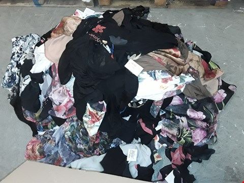 Lot 309 LOT OF APPROXIMATELY 93 ASSORTED CLOTHING ITEMS IN VARIOUS SIZES