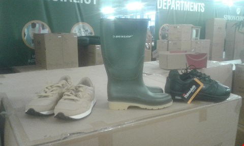 Lot 2031 CAGE OF ASSORTED SHOES TO INCLUDE SAUCONY TRAINER, DUNLOP WELLINGTON BOOTS AND BALANCE PLUS TRAINER ECT