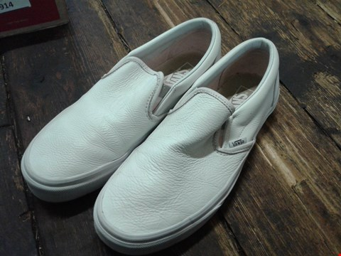 Lot 6912 BOX OF A PAIR OF VANS CLASSIC WHITE LEATHER SLIP ON SHOES SIZE 7 RRP £75
