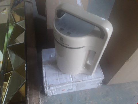 Lot 2002 2 LED HOUSES AND SOUP MAKER