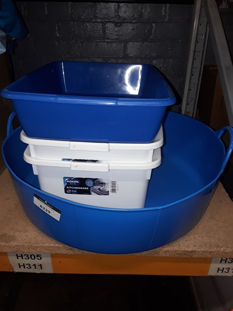 Lot 8339 LOT OF 4 ASSORTED ITEMS TO INCLUDE TWO WHITE WASHING UP TUBS, A BLUE ROUND PLATIC CONTAINER AND A BLUE CAT LITTER TRAY