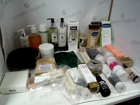 Lot 11058 LOT OF ASSORTED HEALTH & BEAUTY PRODUCTS TO INCLUDE: OLIVIA BLAKE HAND WASH & BODY LOTION, VASELINE BODY GEL OIL, SOAP BARS, ASSORTED BATHROOM & COSMETICS PRODUCTS