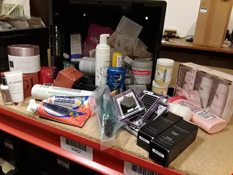 Lot 9033 TRAY OF APPROXIMATELY 51 ASSORTED BEAUTY ITEMS INCLUDING, FUZZY DUCK SET, BAREMINERALS, VOLTAREN, SUDOCREM,  (TRAY NOT INCLUDED)