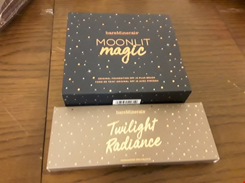 Lot 7101 LOT OF 2 BARE MINERALS ITEMS TO INCLUDE MOONLIT MAGIC ORIGIONAL FOUNDATION AND TWILIGHT RADIENCE HIGHLIGHTER TRIO PALETTE