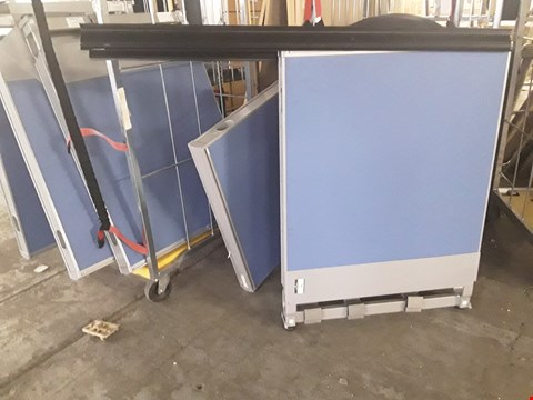 Lot 2098 APPROXIMATELY 10 KINNARPS BLUE FABRIC EARTHED OFFICE PARTITION SECTIONS WITH SUPPORT POSTS