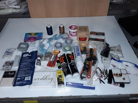 Lot 239 LOT OF ASSORTED SMALL HOMEWARE ITEMS TO INCLUDE KOOL PAK, GLASS REUSABLE CUP, FABBIES PATTERN WEIGHTS, BOND IT WP 70 SILICONE BLACK