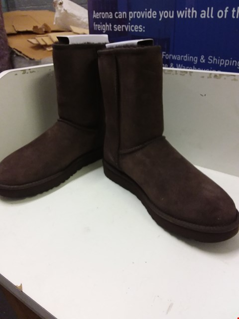Lot 9011 BOXED UGG CLASSIC SHORT BOOTS - BROWN SIZE 8