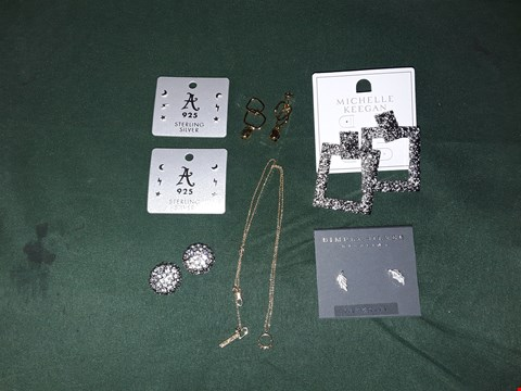 Lot 4213 LOT OF 7 ASSORTED JEWELLERY ITEMS TO INCLUDE SILVER STUDS, SILVER DOOR KNOCKER EARRINGS, GOLD CHAIN.