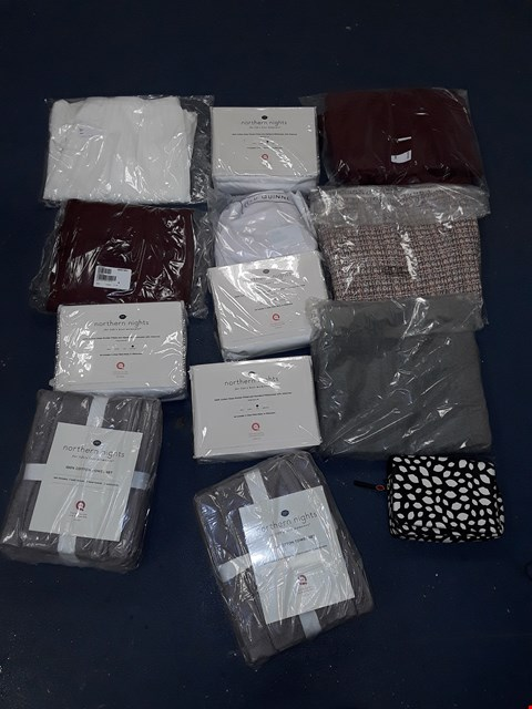 Lot 786 LOT OF APPROXIMATELY 13 ASSORTED HOUSEHOLD AND CLOTHING ITEMS TO INCLUDE NORTHERN LIGHTS TOWEL SET, LULU GUINNESS HANDBAG, NORTHERN LIGHTS PILLOWCASES ETC