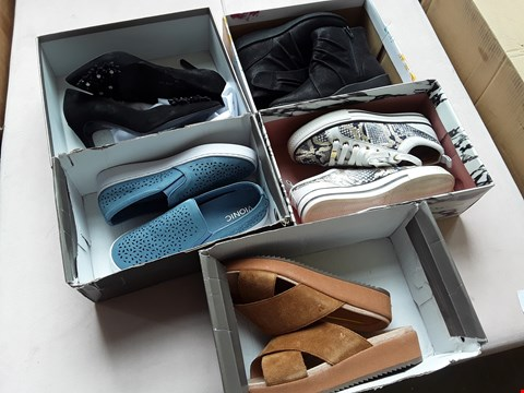 Lot 604 BOX OF APPROXIMATELY 20 PAIRS OF ASSORTED SHOES & SANDALS