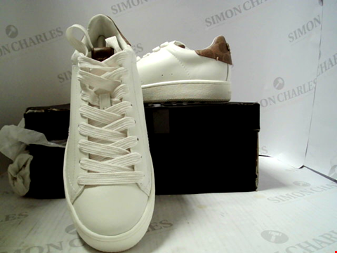 Lot 519 PAIR OF DESIGNER GRADE 1 COACH WHITE LEATHER TRAINERS SIZE EU 40.5