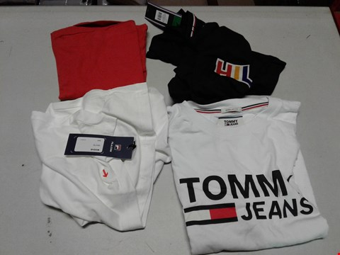 Lot 831 LOT OF 4 ASSORTED DESIGNER CLOTHING ITEMS TO INCLUDE A WHITE FILA BLACK LINE EAGLE GRAPHIC T-SHIRT L, BLACK TOMMY SPORTSWEAR GRAPIC LOGO T-SHIRT XL, TOMMY JEANS CLASSIC LOGO T-SHIRT ETC RRP £162