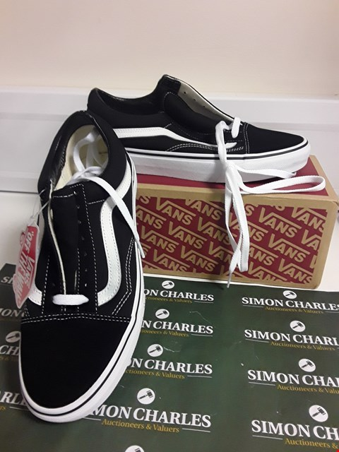 Lot 3086 DESIGNER BOXED PAIR OF VANS STYLE TRAINERS SIZE UK 6