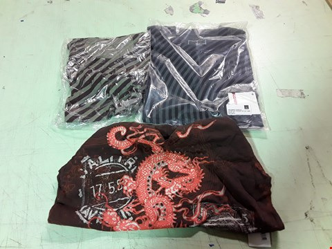 Lot 1769 LOT OF APPROXIMATELY 10 ASSORTED DESIGNER CLOTHING ITEMS TO INCLUDE A GREEN/BROWN STRIPE T-SHIRT L, A BLACK/GREY STRIPE T-SHIRT M, A DAKINE BROWN PRINT V-NECK T-SHIRT M ETC