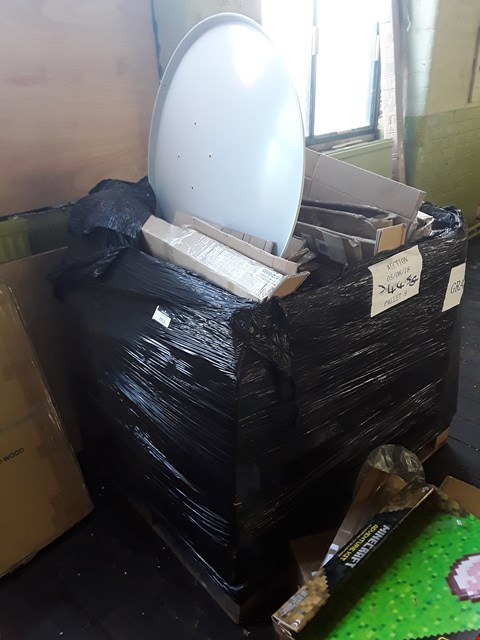 Lot 669 PALLET OF ASSORTED ITEMS TO INCLUDE METAL DISHES AND SUPPORTS