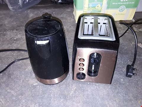 Lot 3551 GRADE 1 SWAN 1.7L KETTLE AND 2 SLICE TOASTER SET IN BLACK/COPPER RRP £52.99