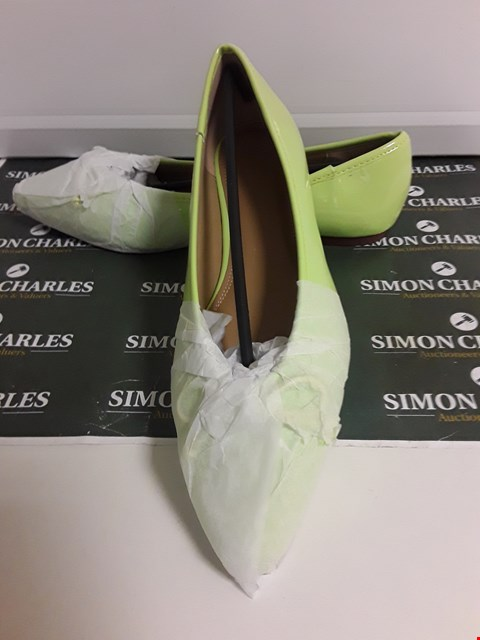 Lot 3126 PAIR OF DESIGNER LIME GREEN PATENT SHOES SIZE UK 6