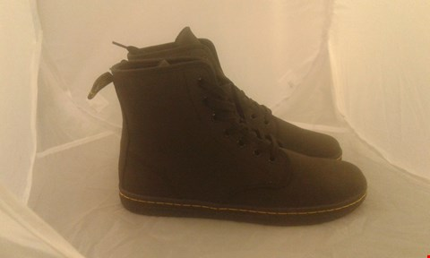 Lot 2043 PAIR OF DR MARTINS 7 EYE BOOT SIZE 6