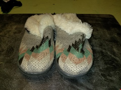 Lot 999 MUK LUKS GREY SABRINA CLOG SLIPPERS WITH FAUX FUR LINING - SIZE LARGE
