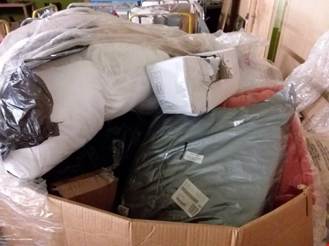 Lot 215 PALLET OF ASSORTED HOUSEHOLD ITEMS TO INCLUDE GOLD FLORAL PATTERN CUSHION, WHITE DUVET COVER, BOXED PLASTIC FLOWER SET ETC