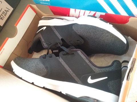 Lot 7089 PAIR OF NIKE AIR BLACK/AIR TRAINERS EURO SIZE 41