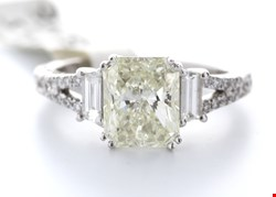 Lot 9 18ct WHITE GOLD SINGLE STONE RADIANT CUT  CLAW SET WITH STONE SET SHOULDERS DIAMOND RING 2.51ct
