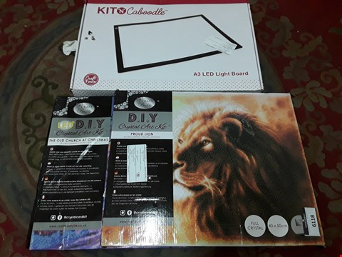 Lot 6118 LOT OF 4 ASSORTED CRAFT ITEMS TO INCLUDE KIT-N-CABOODLE A3 LED LIGHT BOARD AND DIY CRYSTAL ART KIT