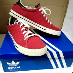 Lot 15012 LOT OF ASSORTED ITEMS TO INCLUDE: ADIDAS ADICOURT TRAINERS, RALPH LAUREN BURWOOD TRAINERS, WATER BOTTLES