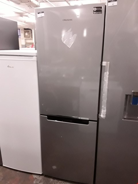 Lot 43 SAMSUNG FREESTANDING 70/30 FRIDGE FREEZER IN GRAPHITE - RB29FSRNDSA