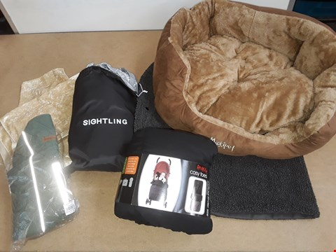 Lot 6028 LOT OF APPROXIMATELY 6 ITEMS TO INCLUDE RED KITE COSY TOES,DOG JACKET AND DOG BED