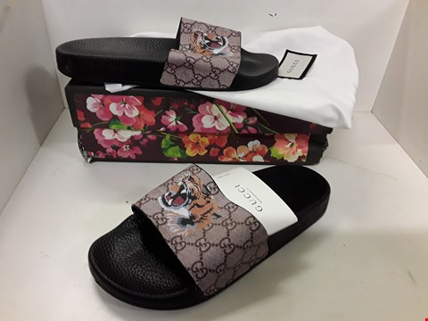 Lot 4013 PAIR OF DESIGNER SLIDERS IN THE STYLE OF GUCCI SIZE UNSPECIFIED