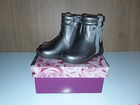 Lot 12679 BOXED LELLI KELLY FELICIA GLOSSY SILVER ZIP UP BOOTS WITH DIAMANTE BOW DETAIL UK SIZE 5.5 JUNIOR