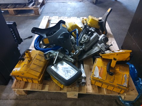 Lot 695 PALLET OF ASSORTED ITEMS TO INCLUDE: SITE LIGHTS, GRIPPERS