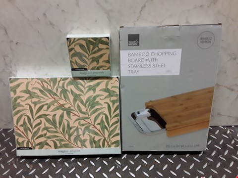 Lot 4466 LOT OF 3 ASSORTED KITCHEN ITEMS TO INCLUDE BAMBOO CHOPPING BOARD AND MATCHING PLACEMATS AND COASTERS