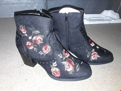 Lot 8124 BOXED DESIGNER FLORAL ZIP UP BOOTS SIZE 7
