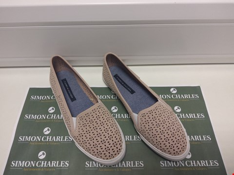 Lot 3008 PAIR OF TOMMY HILFIGER SIZE 8 SUMMER SHOES
