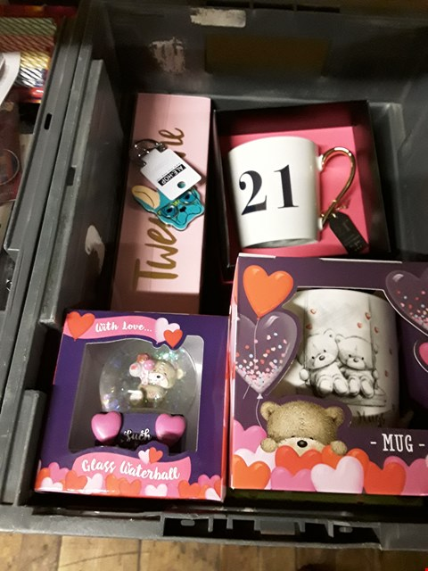 Lot 53 BOX OF ASSORTED ITEMS TO INCLUDE  GIFT ITEMS - GLASS WATERBALL, MUGS ETC (BOX NOT INCLUDED)