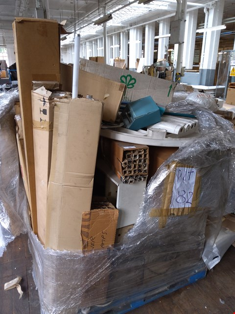 Lot 85 PALLET OF ASSORTED ITEMS TO INCLUDE: DRIED FLOWERS, PLASTIC GARDEN TABLE, LIGHTS ETC