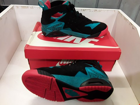 Lot 4015 PAIR OF DESIGNER TRAINERS IN THE STYLE OF NIKE AIR TECH CHALLENGE HRCHE SIZE UK 9