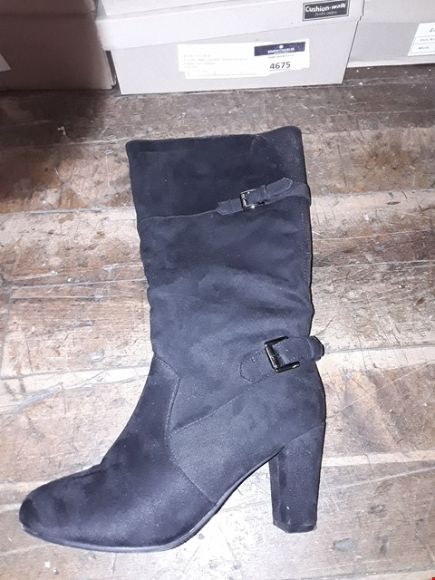 Lot 1306 CUSHION WALK SUEDETTE TALL BUCKLE BOOT SIZE 5
